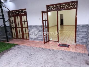 Luxury House For Rent ( Akuregoda road, Pelawatta )